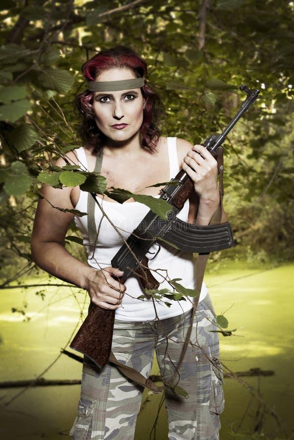 Junge Frau mit Gewehr lizenzfreie stockfotos