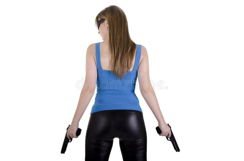 Junge Frau mit Gewehren stockfoto