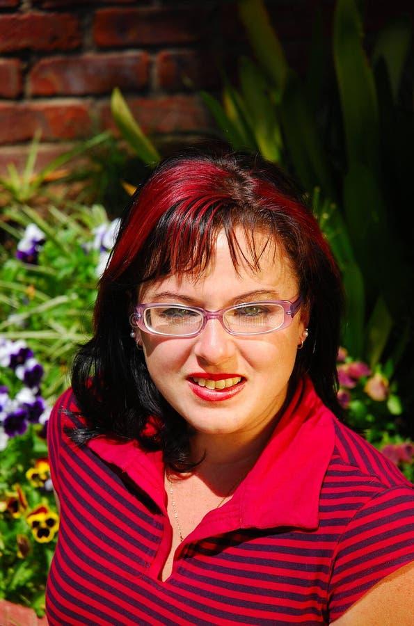 Junge Frau mit Gläsern lizenzfreies stockfoto