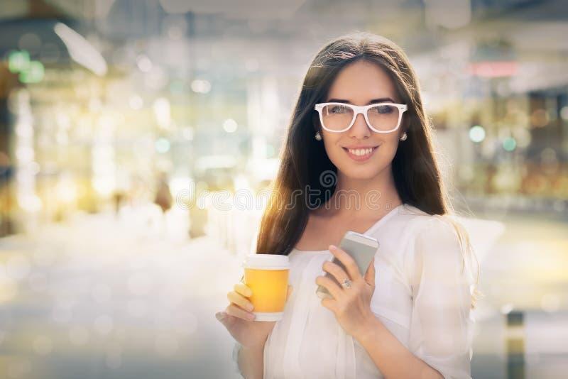Junge Frau mit Gläsern heraus in der Stadt stockfotos