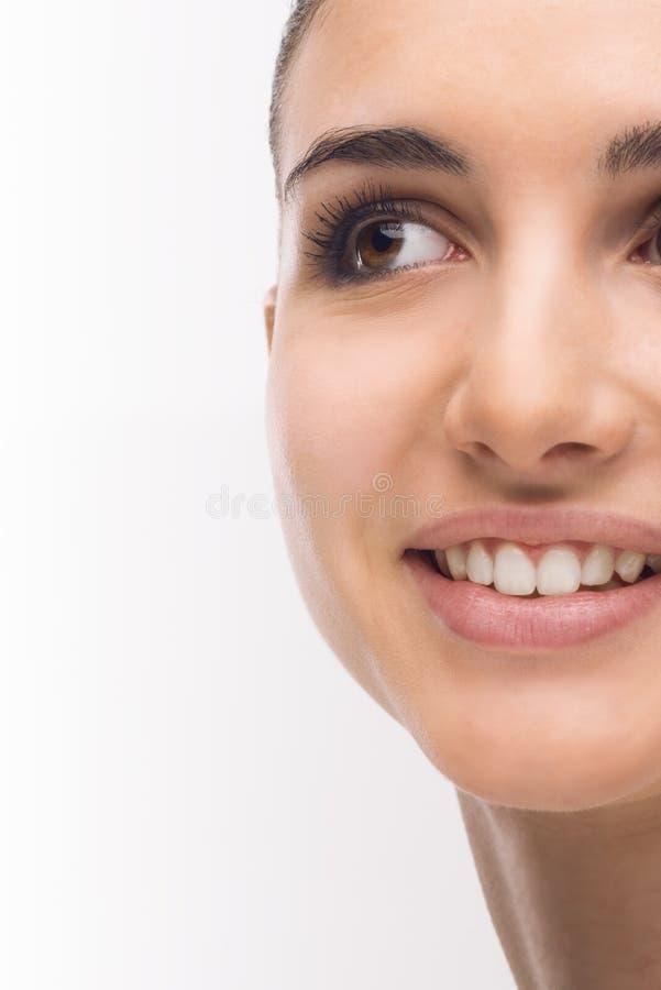 Junge Frau mit glühender Gesichtshaut stockbilder