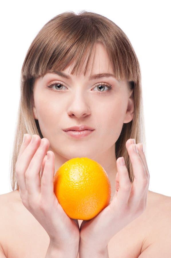 Junge Frau mit grünem Apfel und Orange stockfotos