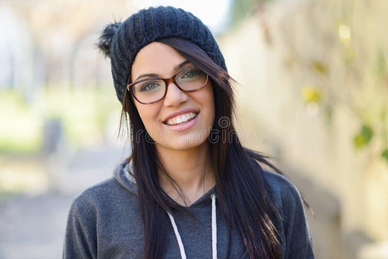 Junge Frau mit grünen Augen im städtischen Hintergrund stockbilder