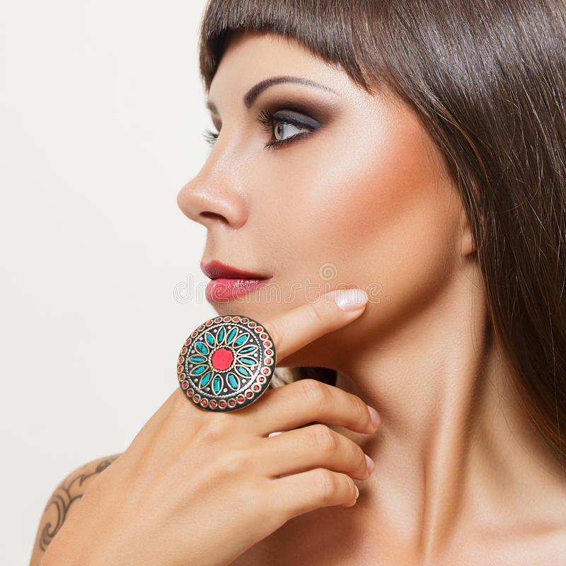 Junge Frau mit großem indischem Ring stockfoto