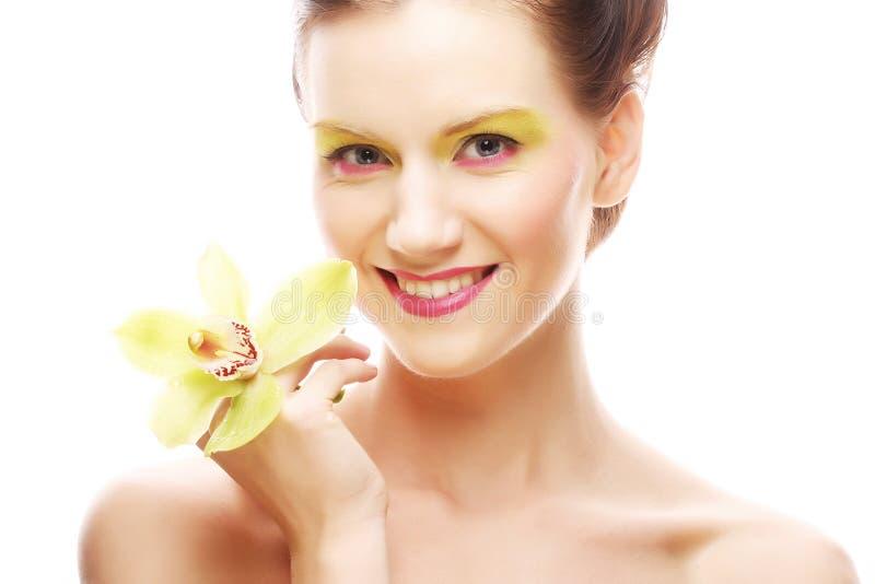 Download Junge Frau Mit Hellem Bilden Das Halten Der Orchidee Stockbild - Bild von gesund, braun: 96928721