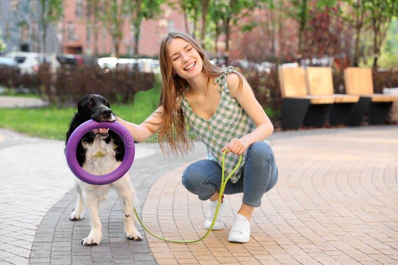 Junge Frau mit ihrem englischer Springer-Spanielhund stockbilder