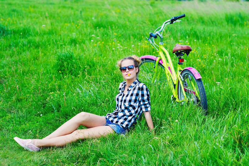 Junge Frau mit ihrem Fahrrad draußen stockfoto