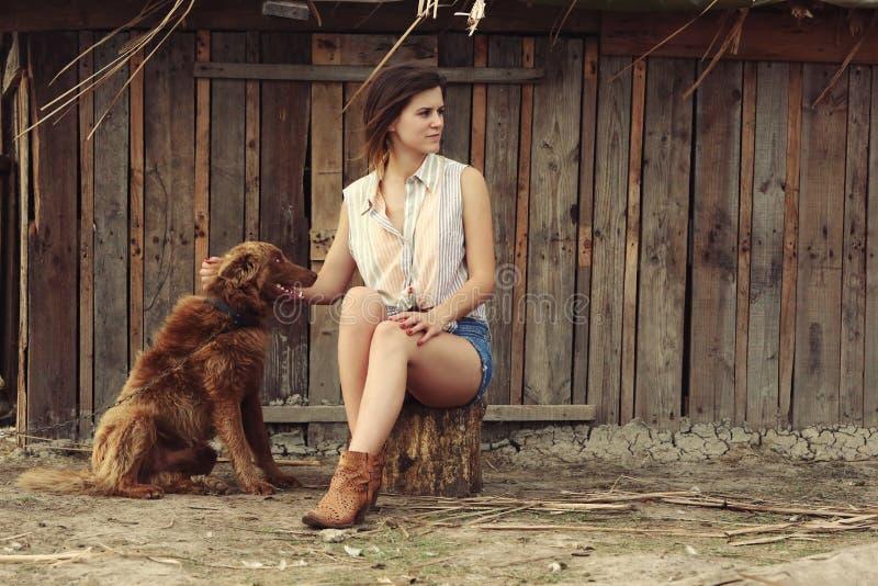 Junge Frau mit ihrem Hund lizenzfreie stockfotografie