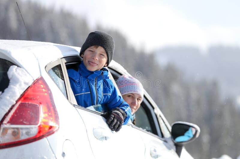 Junge Frau mit ihrem Sohn auf Winterferien lizenzfreie stockbilder