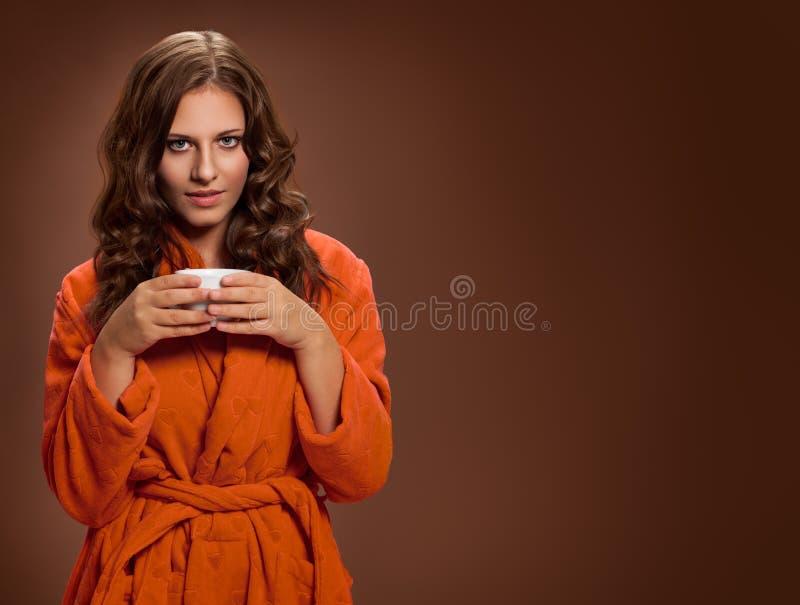 Junge Frau mit Kaffeetasse in der Hand lizenzfreie stockfotos