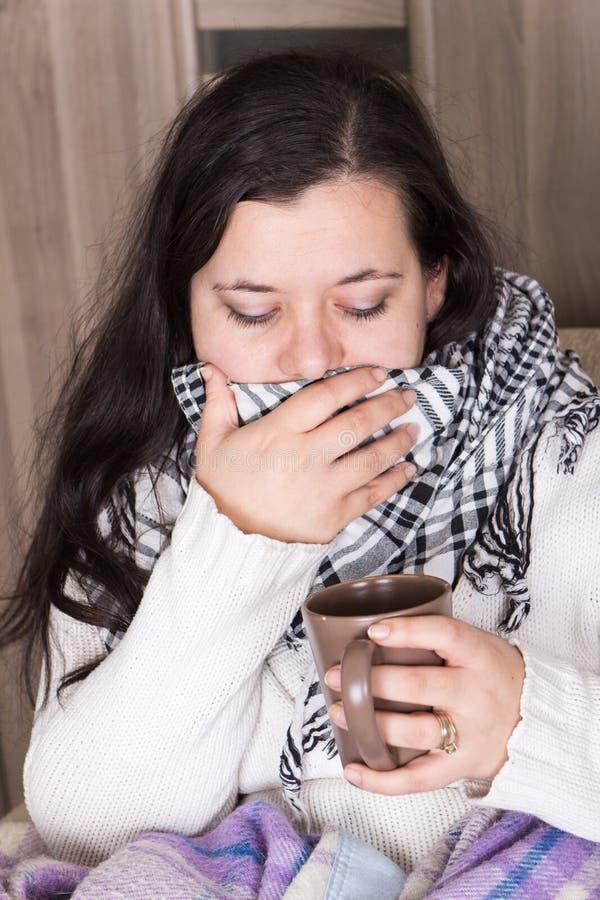Junge Frau mit kaltem und schwerem Husten zu Hause lizenzfreie stockfotos