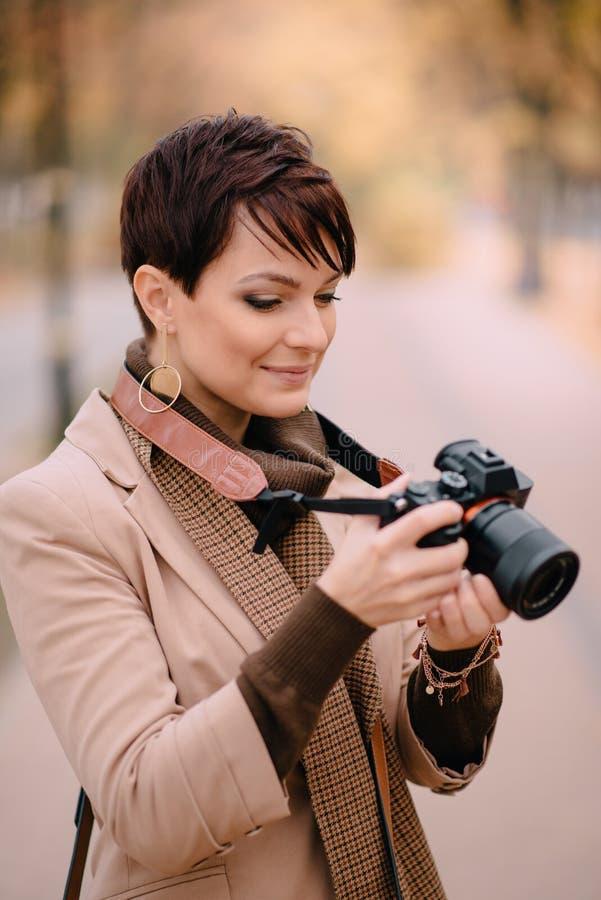 Junge Frau mit Kamera in der Hand, Abschluss oben lizenzfreie stockfotografie