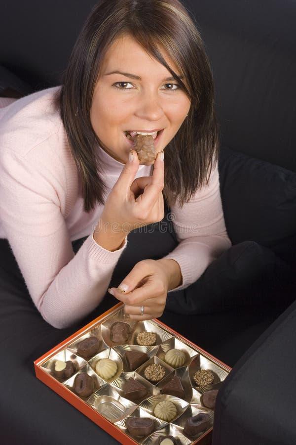 Junge Frau mit Kasten Schokoladen stockbild
