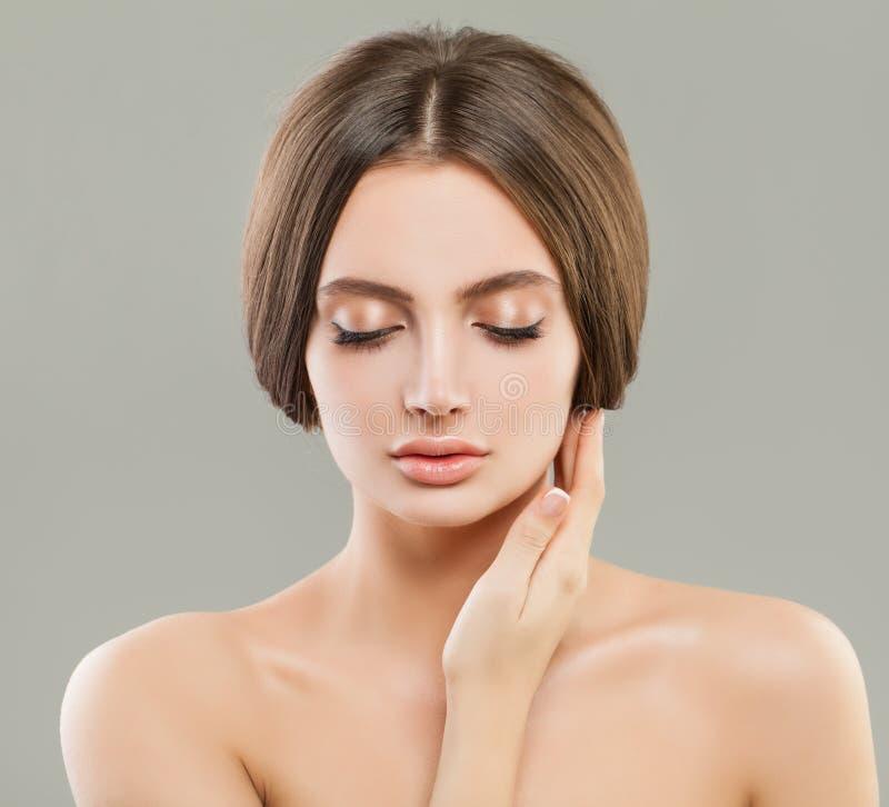 Junge Frau mit klarem gesundem Hautporträt lizenzfreies stockfoto