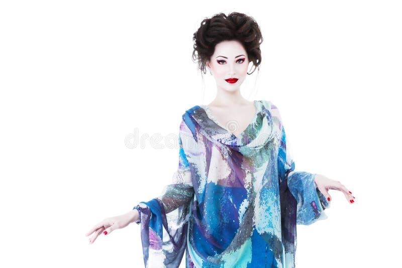 Junge Frau mit klassischem Japan-Artmake-up stockfoto
