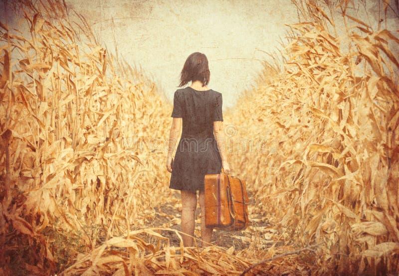 Junge Frau mit Koffer stockfotografie