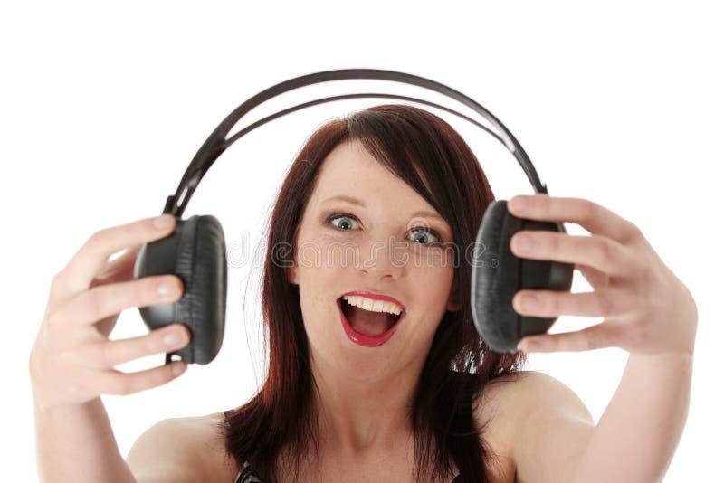 Junge Frau mit Kopfhörern lizenzfreie stockfotografie
