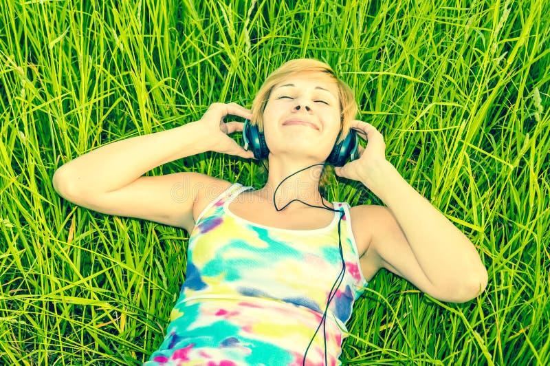 Junge Frau mit Kopfhörern lizenzfreies stockbild