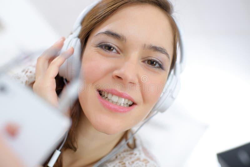 Junge Frau mit Kopfhörern stockfoto