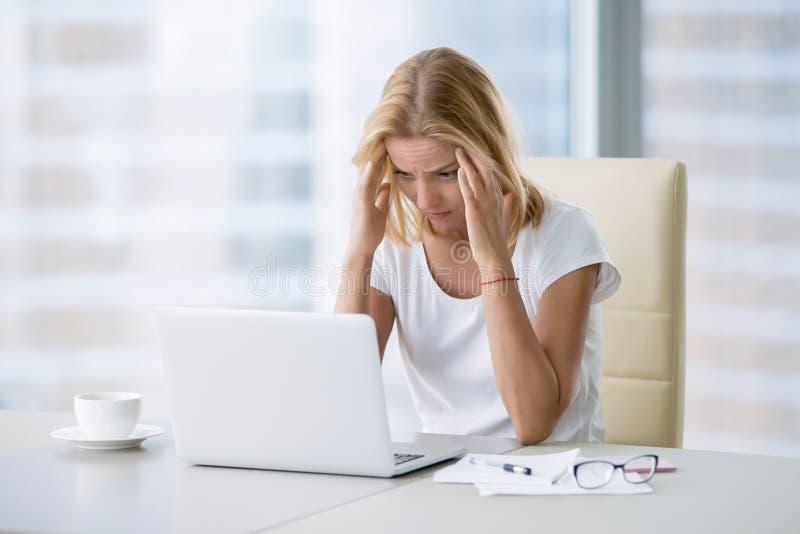 Junge Frau mit Kopfschmerzen lizenzfreie stockbilder
