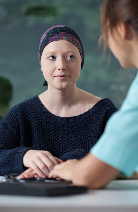 Junge Frau mit Krebs stockbilder