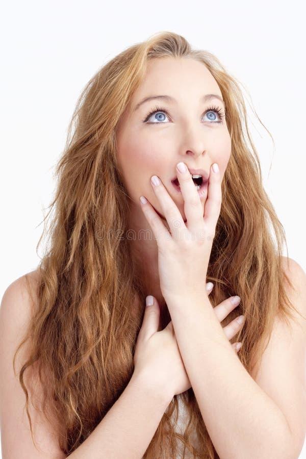 Junge Frau mit langem Brown-Haar, das überrascht schaut lizenzfreies stockbild