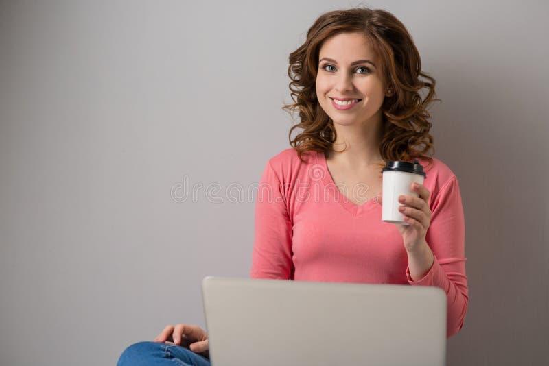 Download Junge Frau mit Laptop stockfoto. Bild von attraktiv, beiläufig - 90232584