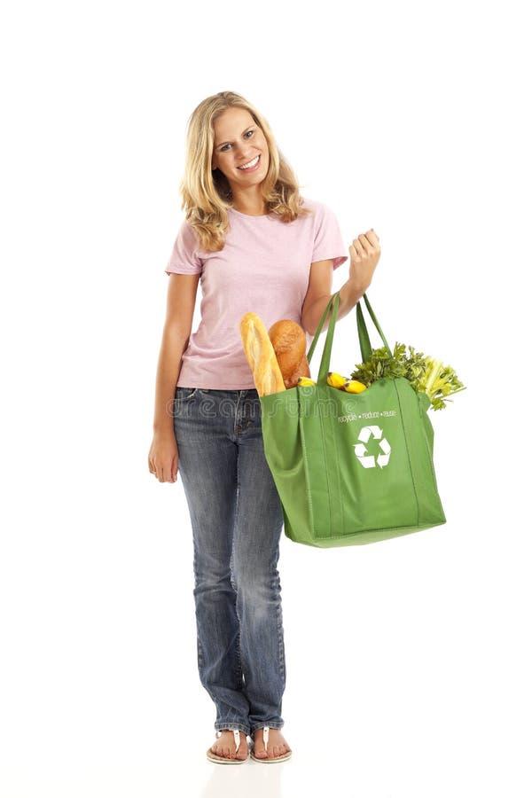 Junge Frau mit Lebensmittelgeschäften stockbild