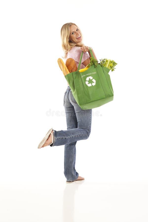 Junge Frau mit Lebensmittelgeschäften lizenzfreie stockfotos