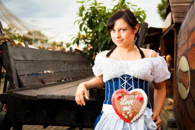 Junge Frau mit Lebkuchen-Herzen lizenzfreies stockbild