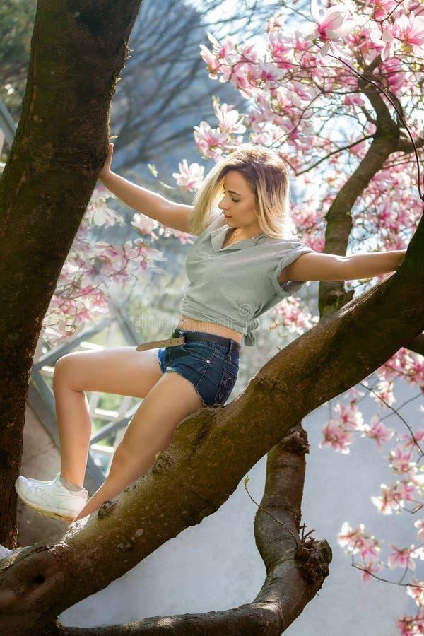 Junge Frau mit Magnolienblumen stockbild