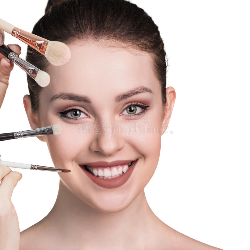 Junge Frau mit Make-upbürsten stockfotografie
