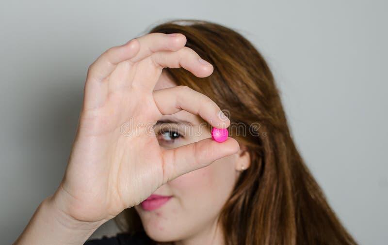 Junge Frau mit Medizinpillen stockfotos