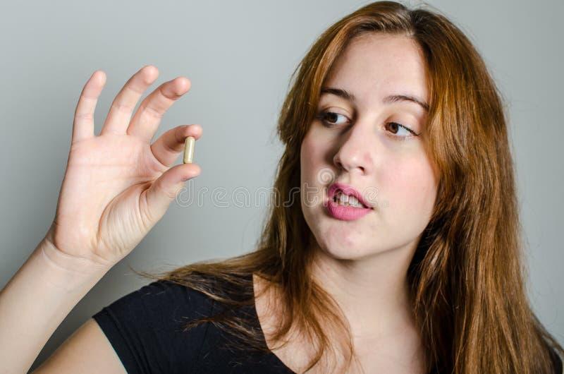 Junge Frau mit Medizinpillen lizenzfreie stockbilder