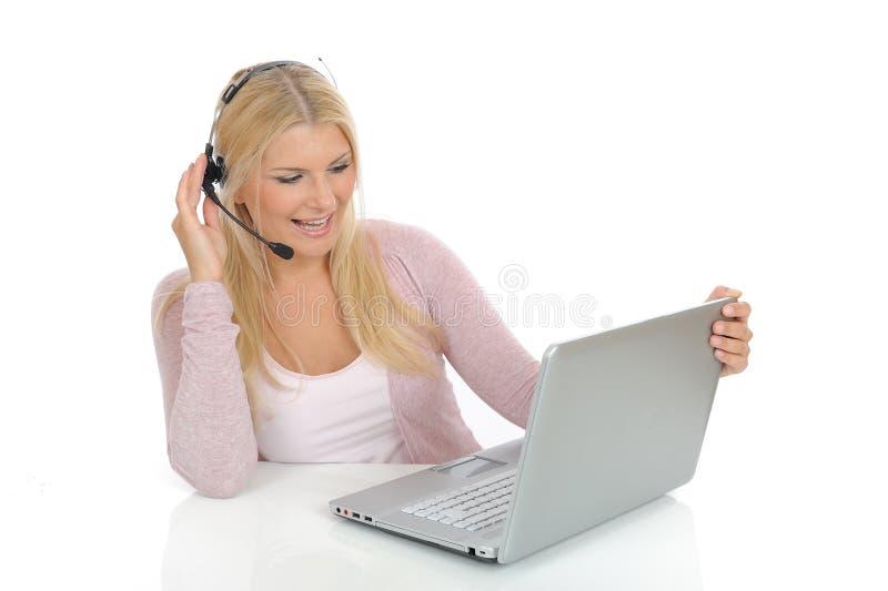 Junge Frau mit Mikrofon und Computer lizenzfreie stockfotos