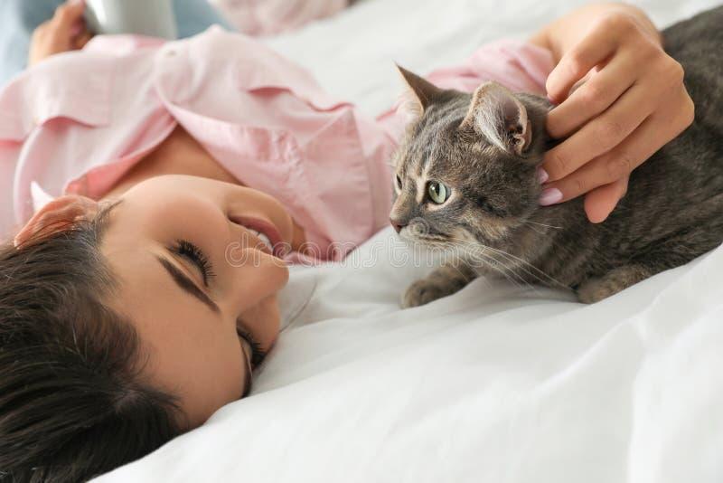 Junge Frau mit netter Katze Haustier und Inhaber stockbilder