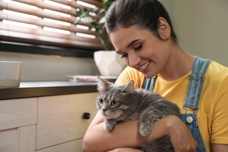 Junge Frau mit netter Katze zu Hause Haustier und Inhaber stockbilder