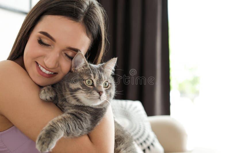 Junge Frau mit netter Katze zu Hause Haustier und Inhaber stockfotos