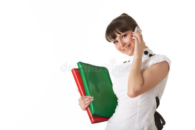 Junge Frau mit Ordnern und Handy stockbild