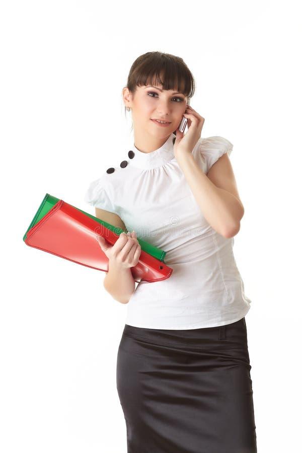 Junge Frau mit Ordnern und Handy stockbilder