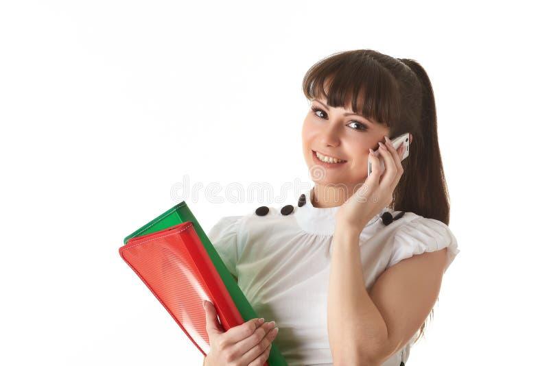 Junge Frau mit Ordnern und Handy stockfotos