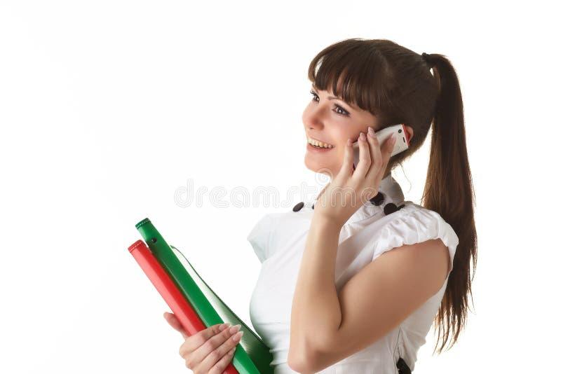 Junge Frau mit Ordnern und Handy stockfotografie