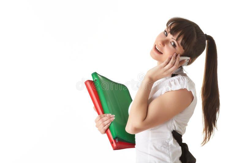 Junge Frau mit Ordnern und Handy lizenzfreie stockbilder
