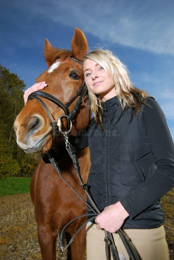 Junge Frau mit Pferd stockbild