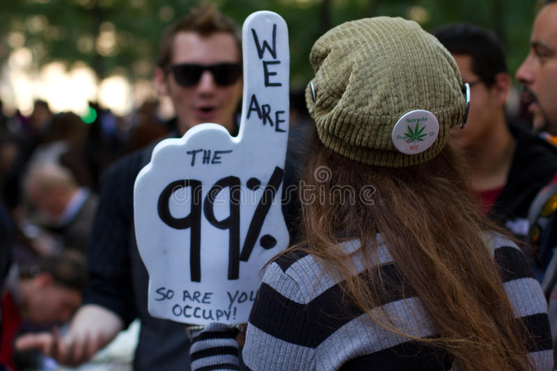 Junge Frau mit Protestzeichen bei Occupy Wall Street lizenzfreie stockbilder