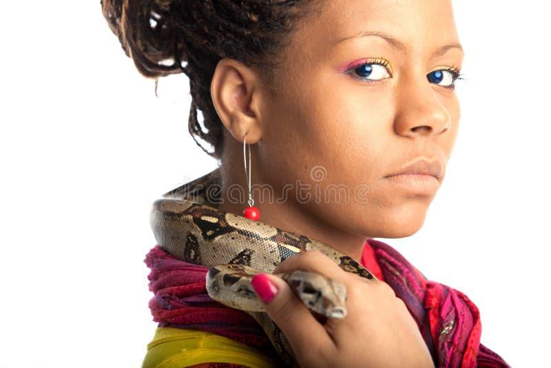 Junge Frau mit Pythonschlange stockfotografie