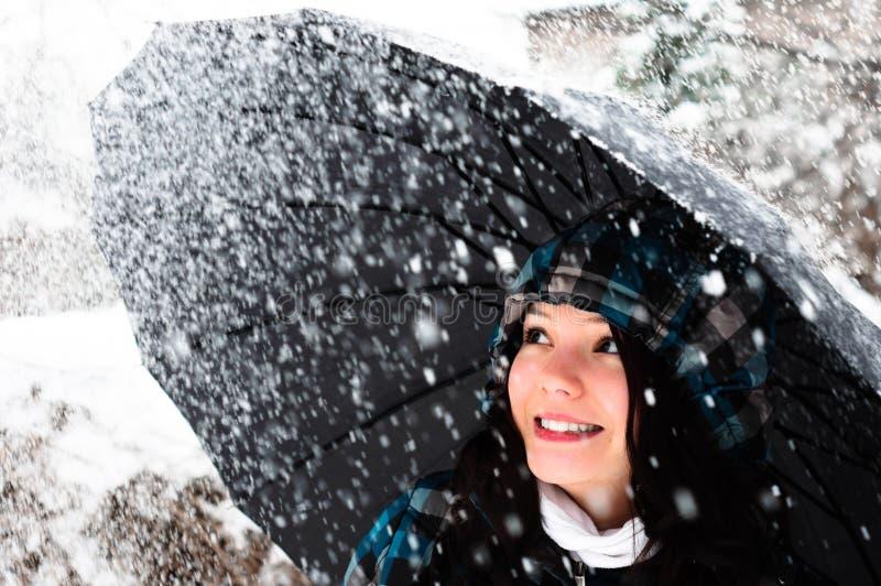 Junge Frau mit Regenschirm stockfotografie