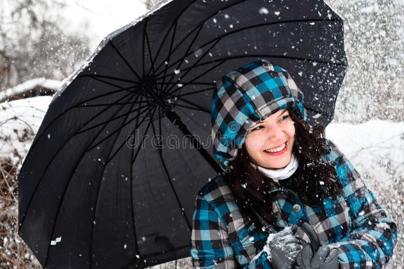 Junge Frau mit Regenschirm lizenzfreies stockbild