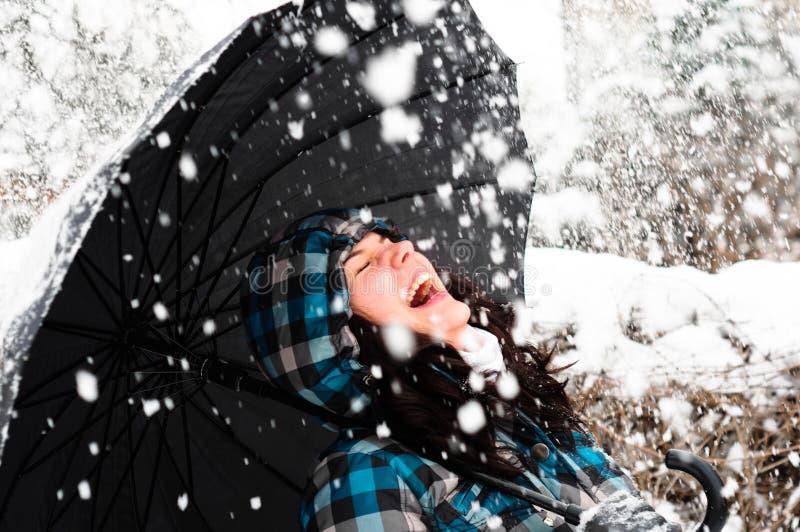 Junge Frau mit Regenschirm lizenzfreie stockbilder
