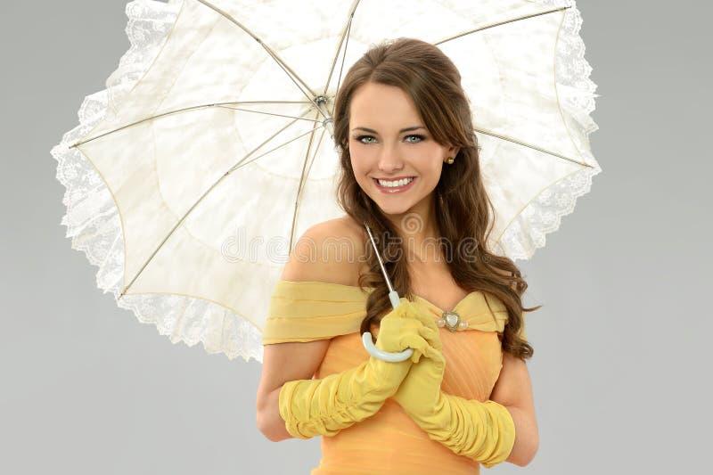 Junge Frau mit Regenschirm stockbild